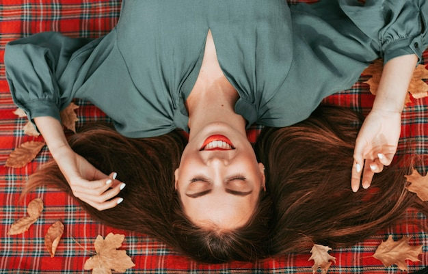 Bovenaanzicht vrouw genieten van de herfst op een picknickkleed