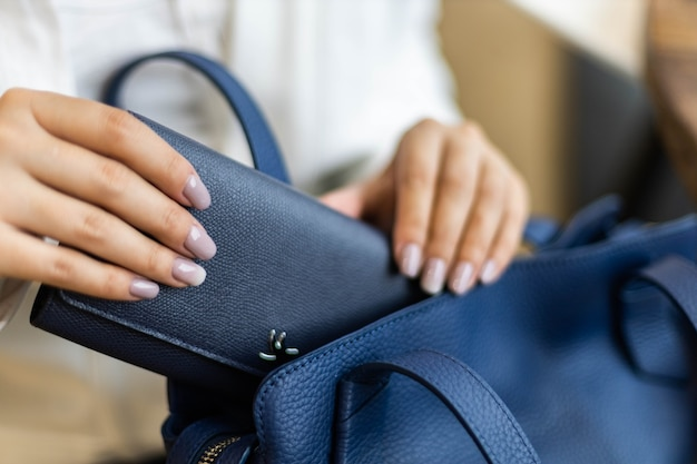 Bovenaanzicht vrouw handen tellen controleren contant geld dollars en documenten voor vertrek naar vakantie