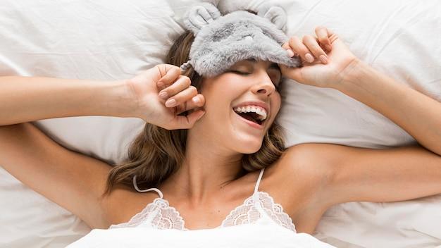 Bovenaanzicht vrouw klaar om te gaan slapen