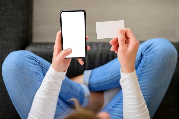 Bovenaanzicht vrouw online winkelen