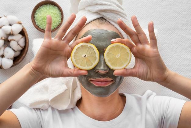 Bovenaanzicht vrouw ontspannen met plakjes citroen