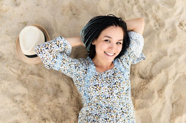 Bovenaanzicht vrouw poseren op het strand