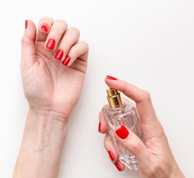 Bovenaanzicht vrouw probeert nieuw parfum