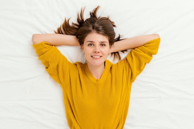 Bovenaanzicht vrouw tot in bed