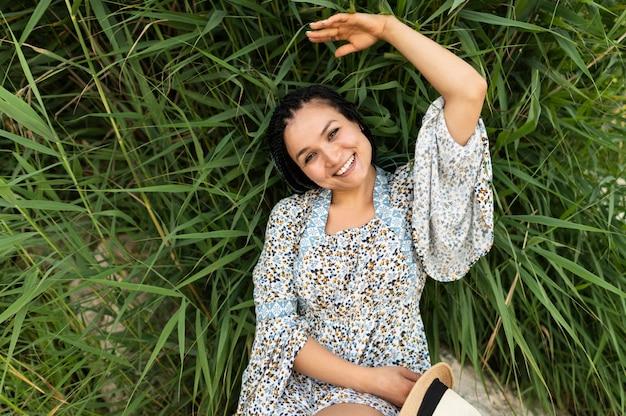Bovenaanzicht vrouw tot op gras