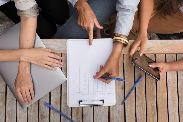 Bovenaanzicht vrouwen buitenshuis samen te werken