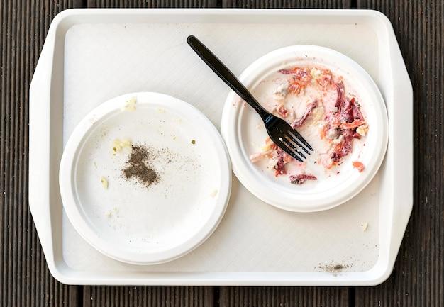 Bovenaanzicht vuile borden met bestek