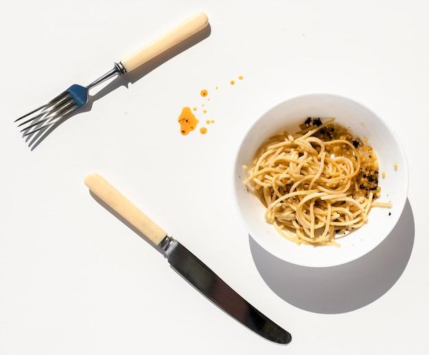 Bovenaanzicht vuile plaat met etensresten