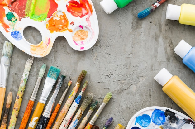 Bovenaanzicht vuile potloodlijn met schildermateriaal