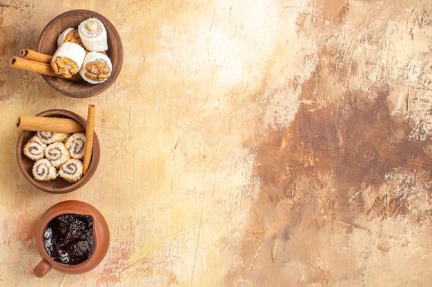 Bovenaanzicht walnoot confitures met kaneel op houten bureau