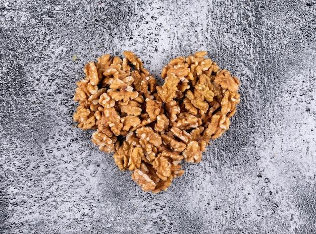 Bovenaanzicht walnoten hart gevormd op horizontale steen