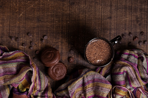 Bovenaanzicht warme chocolademelk en koekjes
