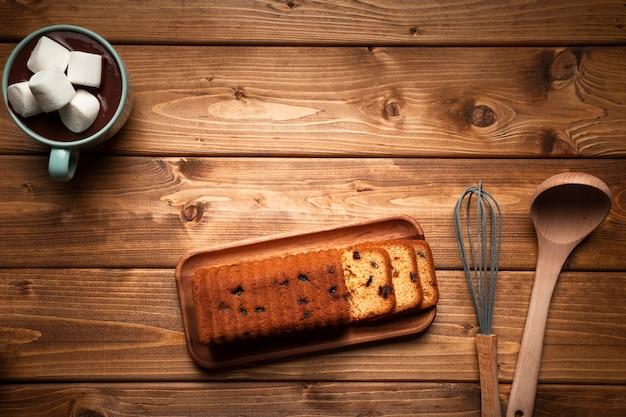 Bovenaanzicht warme chocolademelk met cake