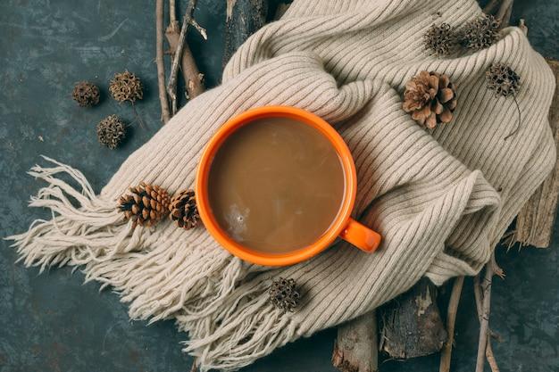 Bovenaanzicht warme chocolademelk met een deken
