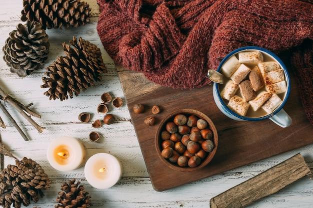 Bovenaanzicht warme chocolademelk met eikels