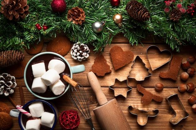Bovenaanzicht warme chocolademelk met gebruiksvoorwerpen