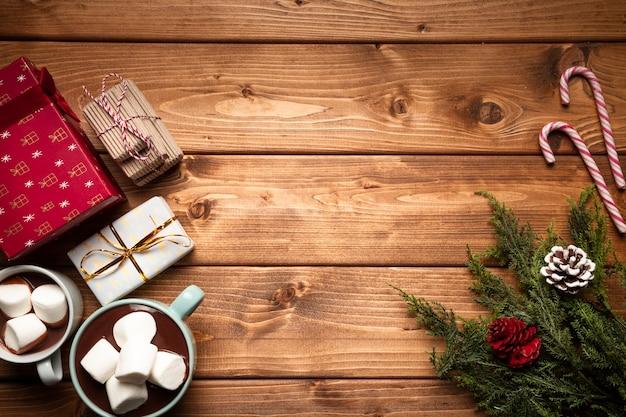 Bovenaanzicht warme chocolademelk met geschenken