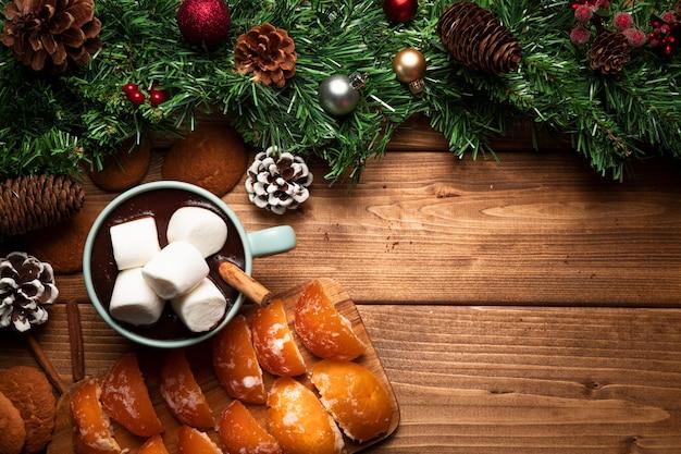 Bovenaanzicht warme chocolademelk met houten achtergrond