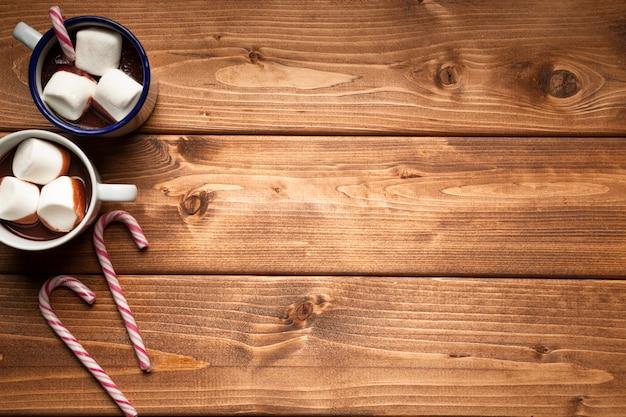 Bovenaanzicht warme chocolademelk met kopie ruimte