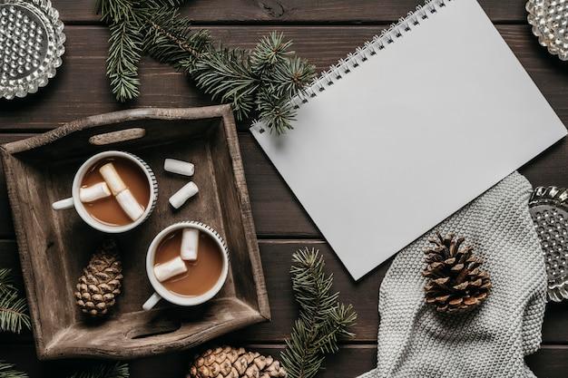 Bovenaanzicht warme chocolademelk met leeg notitieboekje