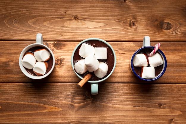 Bovenaanzicht warme chocolademelk met marshmallows