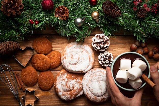 Bovenaanzicht warme chocolademelk met snoep