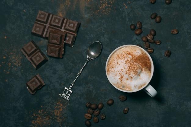 Bovenaanzicht warme chocolademelk met zilveren lepel