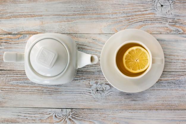 Bovenaanzicht warme drank met theepot