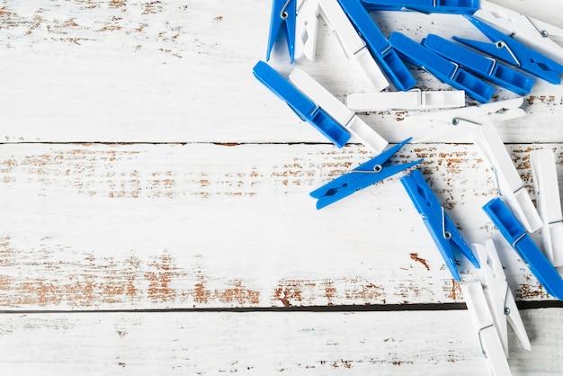 Bovenaanzicht wasknijper op houten achtergrond