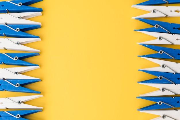Bovenaanzicht wasknijpers met gele achtergrond