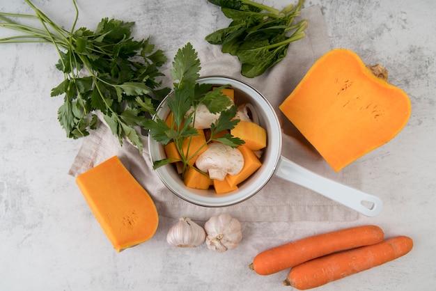 Bovenaanzicht waterkoker met soep ingrediënten