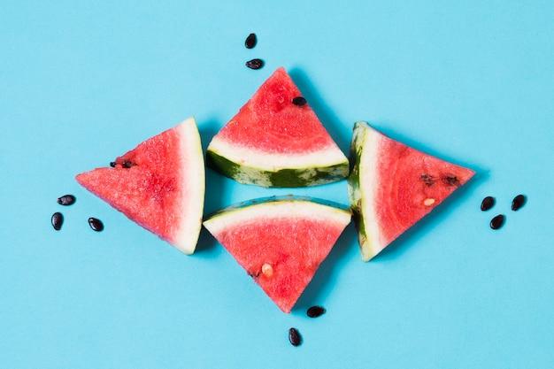 Bovenaanzicht watermeloen segmenten klaar om te worden geserveerd