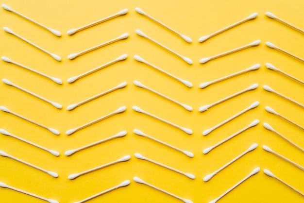Bovenaanzicht wattenstaafje in zigzagpatroon