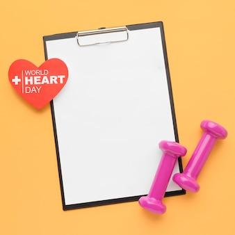 Bovenaanzicht wereld hart dag concept met klembord