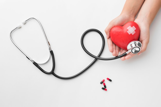 Bovenaanzicht wereld hart dag concept met stethoscoop
