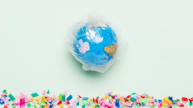 Bovenaanzicht wereldbol bedekt met plastic