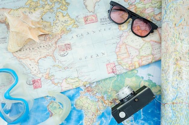 Bovenaanzicht wereldkaart en accessoires