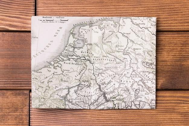 Bovenaanzicht wereldkaart op tafel