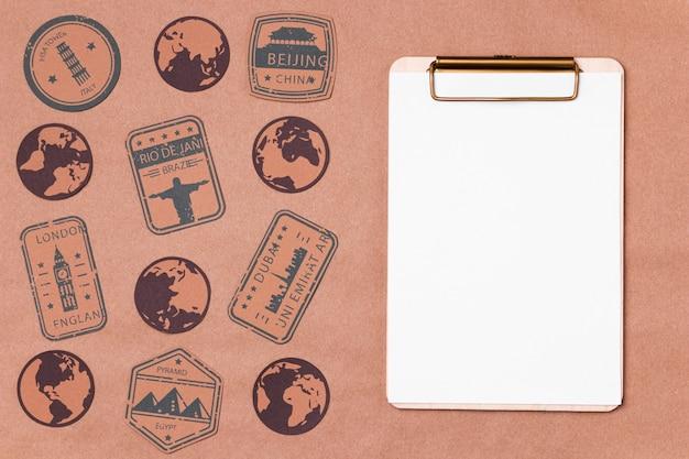 Bovenaanzicht wereldtoerisme dag met klembord
