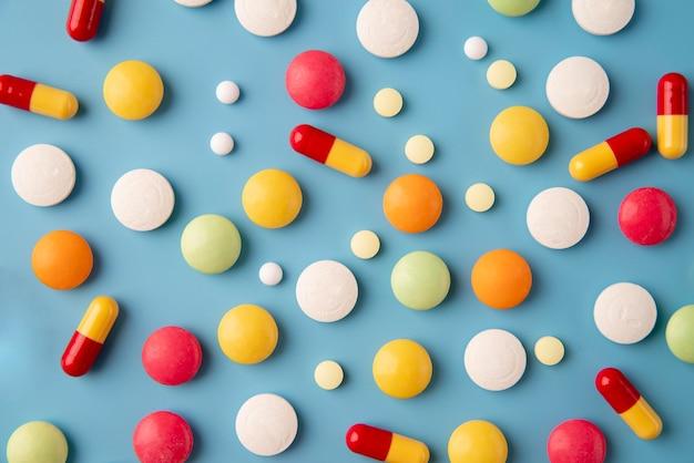 Bovenaanzicht wereldwetenschapsdag arrangement met pillen