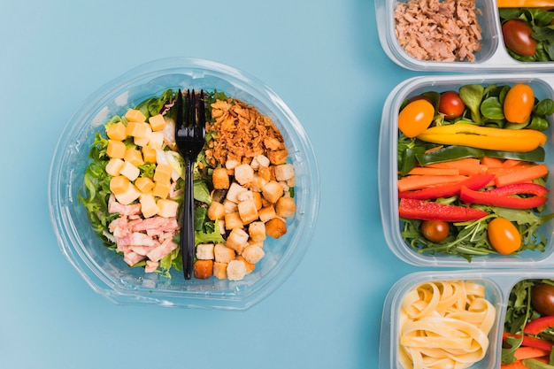 Bovenaanzicht werk lunchboxen en salade