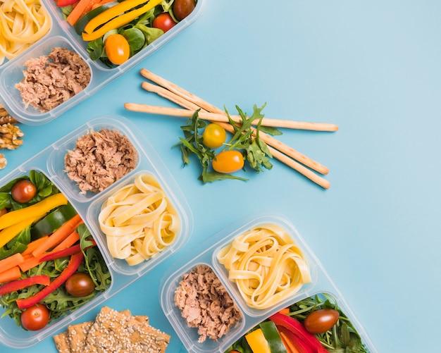 Bovenaanzicht werk lunchboxen met soepstengels