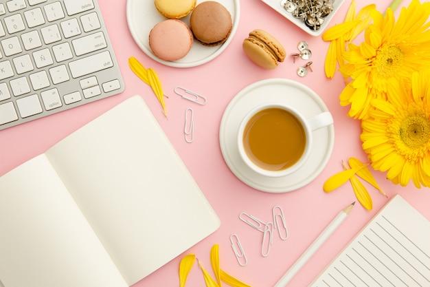 Bovenaanzicht werkende vrouw roze bureau