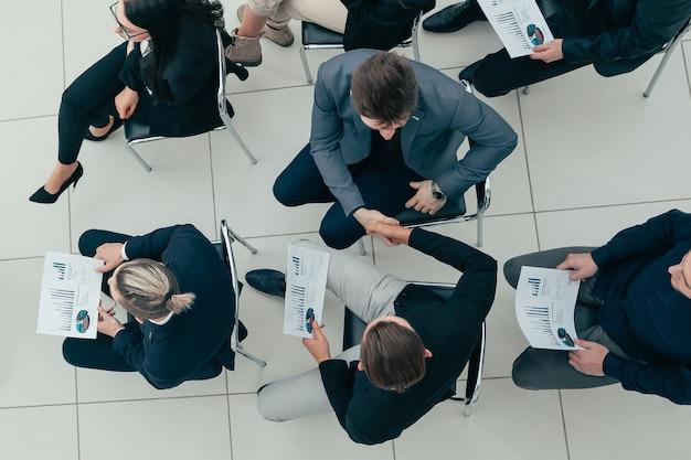 Bovenaanzicht. werkgroep die de nieuwe financiële strategie bespreekt. bedrijfsconcept.
