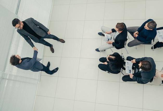 Bovenaanzicht. werkgroep met financiële grafieken op een gezamenlijke vergadering. bedrijfsconcept.