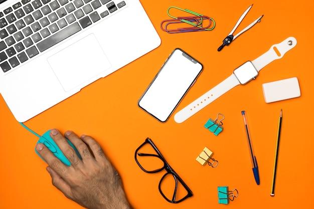 Bovenaanzicht werkruimte concept met kantoorbenodigdheden