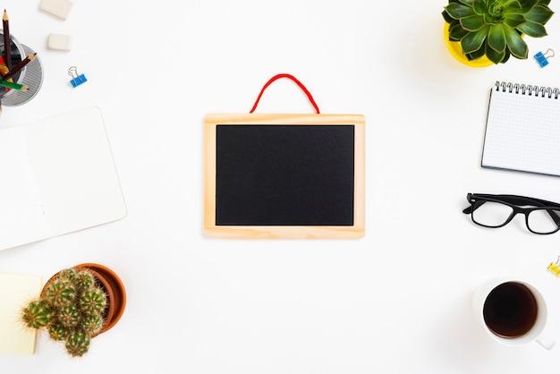 Bovenaanzicht werkruimte concept met schoolbord