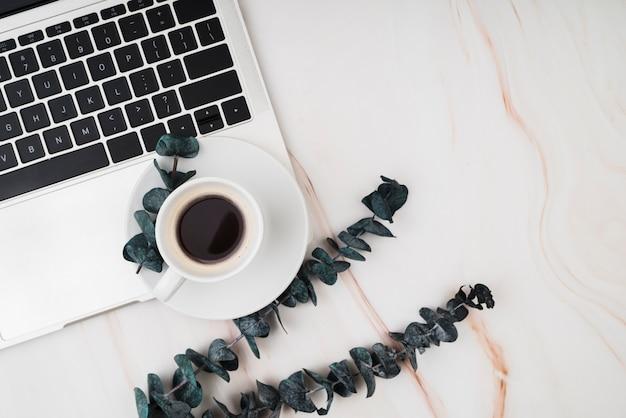 Bovenaanzicht werkruimte met laptop en koffie