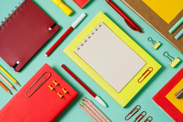 Bovenaanzicht werkruimte met notebooks