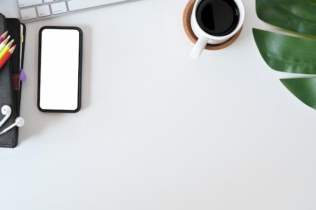 Bovenaanzicht werkruimte witte bureau tafelblad met kantoorbenodigdheden en kopie ruimte